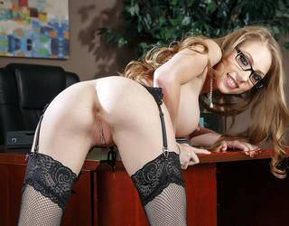 Nackte Sekretärin in Strümpfen mit einer saftigen Vagina.